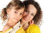 Portrait de la mère et la fille en jaune robe souriant et regarder — Photo