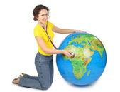 Mulher de beleza jovem com estetoscópio e grande globo inflável, sm — Foto Stock