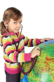 Menina com estetoscópio e grande globo inflável, procurando um — Foto Stock