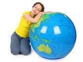 Mulher de beleza jovem sentada perto grande globo inflável com fechado — Foto Stock