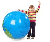 Menina de pé e segurando o globo inflável grande, colocando o — Foto Stock