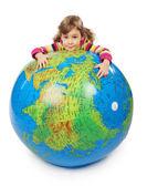 Olhar de menina grande globo inflável e abraçando, eu — Foto Stock