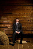 Imprenditore solitario, seduto sulla panchina — Foto Stock