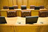 Salas de conferencias con sillones de cuero magnífico y t de madera — Foto de Stock