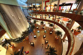 DUBAI - APRIL 18: Interior View of Dubai Mall, one of largest ma — Stock Photo