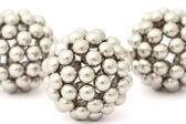 Tre bollar av metall segmentet samlat från neocube isolerad på — Stockfoto