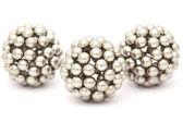 Drie ballen van metalen segment samengesteld uit neocube geïsoleerd op — Stockfoto