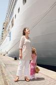 Mladá matka a dcera v doku nedaleko velké výletní lodi — Stock fotografie