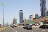 DUBAI - APRIL 18: general view on trunk road, skyscrapers and Bu — Stockfoto