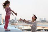 Mor och dotter sträcker händerna mot varandra, stående på — Stockfoto