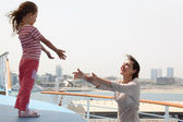母亲和女儿伸展到对方站在手 — 图库照片