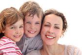 Familia feliz con la madre, hija e hijo sonriendo y mirando un — Foto de Stock