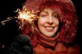 Schöne junge Frau mit bengalische Feuer in der hand lächelnd isoliert — Stockfoto