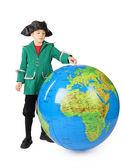 Menino em pé vestido histórico com grande bola inflável — Foto Stock