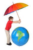 Garçon en chemise rouge avec parapluie multicolore et globe gonflable — Photo