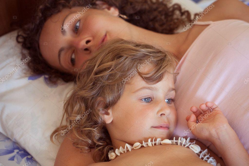 Сладко матери с сыном в постели 9 фотография
