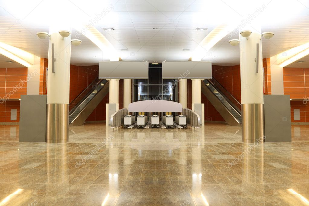 Gran sal n moderno con piso de granito columnas y dos - Salon piso moderno ...