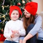 moeder en zoon vieren van Kerstmis — Stockfoto