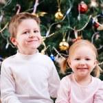 zwei Kinder in der Nähe von Weihnachtsbaum — Stockfoto