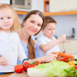 familie in kitchen — Stockfoto #7809768