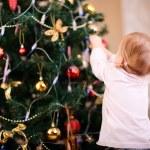 小さな女の子飾るクリスマス ツリー — ストック写真