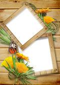 Fotorahmen auf einem hölzernen Hintergrund mit Schmetterlingen und Blumen — Stockfoto