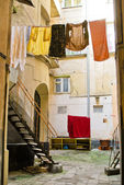 Laundry drying in the courtyard — Stockfoto