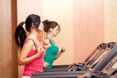 Unga kvinnor på en löpande simulator — Stockfoto