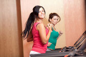 Giovani donne su un simulatore in esecuzione — Foto Stock