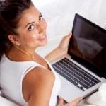vrouw met laptop — Stockfoto