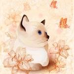 与小暹罗小猫和鲜花的复古生日贺卡 — 图库矢量图片