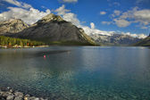 Boyas de anclaje rojo en el lago. — Foto de Stock