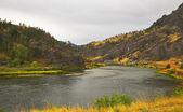 Il facile ponticello attraverso il fiume — Foto Stock
