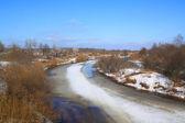 Nehir kenarında üzerinde buz — Stok fotoğraf