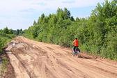 農村部の道路上の自転車の少年 — ストック写真