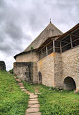 Forteresse sur la colline verdoyante de vieillissement — Photo