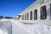 Casa adosada de piedra en nieve profunda — Foto de Stock