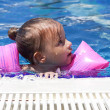 Little girl swimming in pool — Stockfoto
