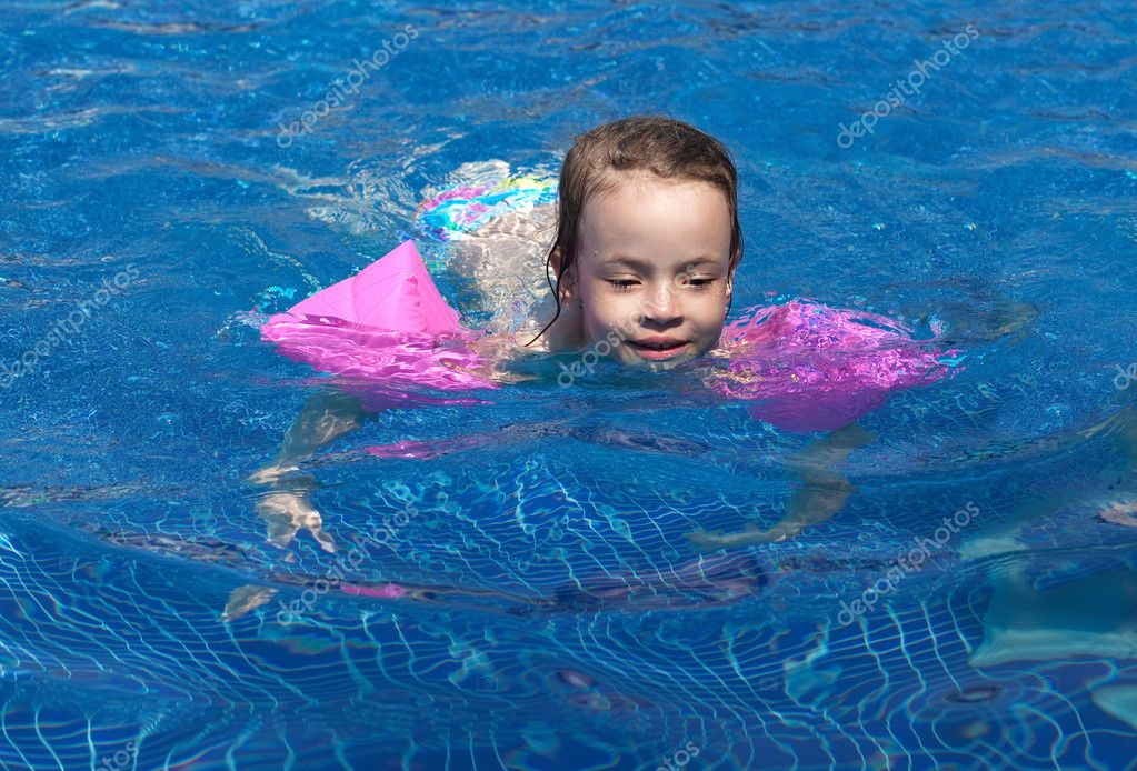 Joyful little girl swimming in the pool. — Stock Photo #7154177