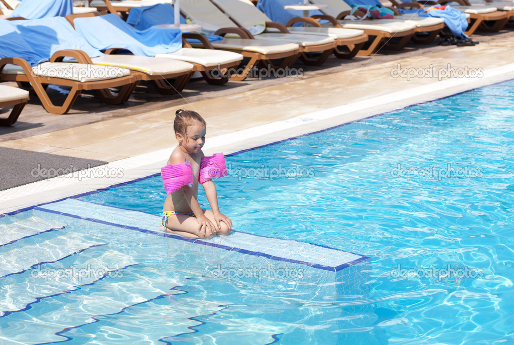 Joyful little girl on the side of the pool. — Stock Photo #7154182