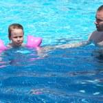 小さな女の子と、厳格な父親を混乱させる — ストック写真