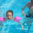 Little girl learns to swim in the pool — 图库照片