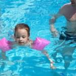 小さな女の子はプールで泳ぐことを学ぶ — ストック写真