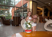 Alegre mãe e filha no hotel. — Fotografia Stock