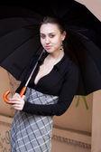 Frau hält regenschirm — Stockfoto