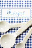 Kookboek en keukengerei — Stockfoto