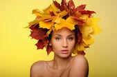 Piękna kobieta z liści jesienią na żółto — Zdjęcie stockowe