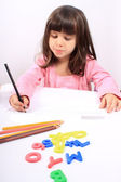 Mały przedszkolak rysowania lub pisania — Zdjęcie stockowe