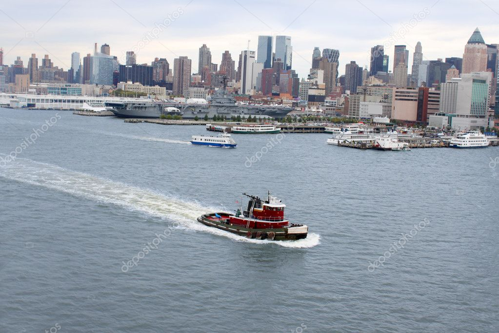 New York famous skyline and boat docks along the Hudson River with tug boat or pilot boat in the forefront — Stock Photo #6935852