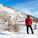 Hiker Winter Mountain Lake — Stock Photo